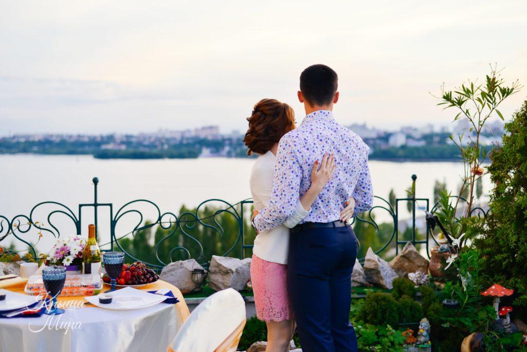 Свидание на террасе - влюбленная пара